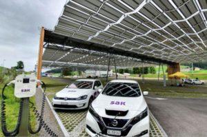 Acoperisul fotovoltaic inteliget are doua statii de incarcare.